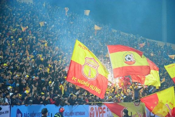 Sân Thiên Trường ngập tràn khán giả trong ngày khai màn V-League 2021